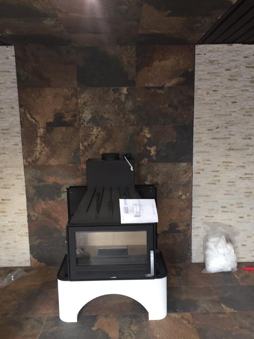 Камин ABX Karelie на металло-керамическом цоколе.
